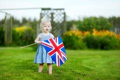 Urocza mała dziewczynka z Zjednoczone Królestwo flaga obraz stock