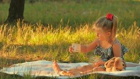 Urocza małej dziewczynki sztuka z pieniądze na koc outdoors zbiory