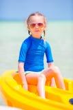 Urocza mała dziewczynka kayaking podczas wakacje Fotografia Stock