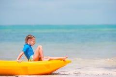 Urocza mała dziewczynka kayaking podczas wakacje Obraz Stock