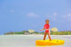 Urocza mała dziewczynka kayaking podczas wakacje Obrazy Stock