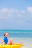 Urocza mała dziewczynka kayaking podczas wakacje Zdjęcia Stock