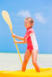 Urocza mała dziewczynka kayaking podczas wakacje Fotografia Royalty Free