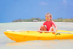 Urocza mała dziewczynka kayaking podczas wakacje Zdjęcie Stock