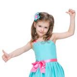 Urocza mała dziewczynka trzyma jej aprobaty Obrazy Stock