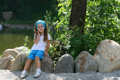 Urocza mała dziewczynka w parku Obrazy Royalty Free