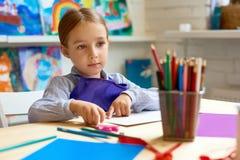 Urocza mała dziewczynka w przedszkolu obraz stock