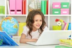 Urocza mała dziewczynka z laptopem Zdjęcie Stock
