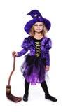 Urocza mała blond dziewczyna jest ubranym czarownicy kostiumowy ono uśmiecha się przy kamerą halloween czarodziejka bajka Pracown Zdjęcia Stock