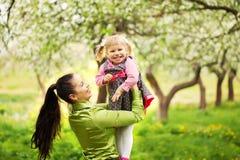 Urocza matka i dziecko wpólnie outdoors w pogodnym Zdjęcia Stock