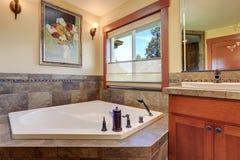 Urocza mistrzowska łazienka Biała kąpielowa balia z kamień płytki podstrzyżeniem zdjęcia stock