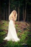 Urocza panna młoda w lesie Zdjęcie Stock