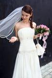 Urocza panna młoda z bukietem Obrazy Royalty Free