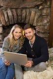Urocza para używa laptop przed zaświecającą grabą Zdjęcie Stock