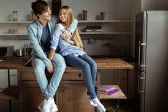 Urocza piękna para wydaje czas wpólnie w kuchni obrazy stock