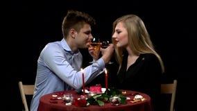Urocza potomstwo para ma romantycznego gościa restauracji wewnątrz zbiory