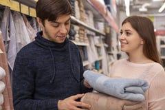 Urocza potomstwo para robi zakupy w domu meblowanie sklep zdjęcie royalty free