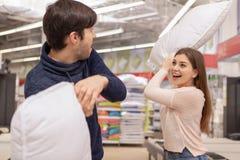 Urocza potomstwo para robi zakupy w domu meblowanie sklep obrazy stock