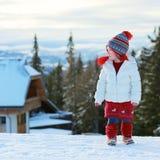 Urocza preschooler dziewczyna cieszy się zimę przy ośrodkiem narciarskim Fotografia Royalty Free