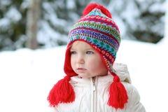Urocza preschooler dziewczyna cieszy się zimę przy ośrodkiem narciarskim Fotografia Stock