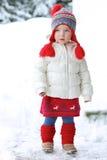 Urocza preschooler dziewczyna cieszy się zimę przy ośrodkiem narciarskim Obrazy Stock