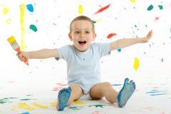 Urocza 3 roczniak chłopiec dziecka kreatywnie plamy na ścianie Obrazy Stock