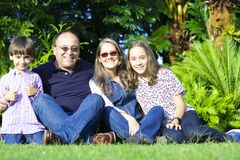 Urocza rodzina Cieszy się Wpólnie Fotografia Royalty Free