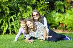 Urocza rodzina Cieszy się Wpólnie Zdjęcia Royalty Free