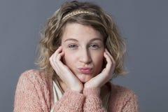 Urocza 20s dziewczyna cieszy się uwodzicielskiego pout dla miłości Obraz Royalty Free