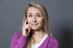 Urocza 20s dziewczyna ono uśmiecha się z naturalną nieśmiałością Zdjęcie Stock