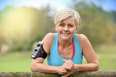 Urocza starsza kobieta relaksuje po jogging Zdjęcie Royalty Free