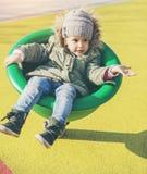 Urocza szczęśliwa dziewczyna bawić się na boisku zdjęcia stock