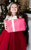 Urocza szczęśliwa uśmiechnięta mała dziewczynka w princess sukni z prezenta b zdjęcia royalty free