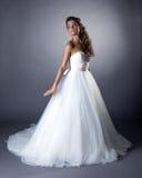 Urocza szczupła brunetka pozuje w modnej ślubnej sukni Obrazy Royalty Free