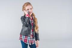Urocza uśmiechnięta mała dziewczynka opowiada na smartphone Zdjęcia Royalty Free