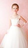 Urocza uśmiechnięta mała dziewczynka w białej princess sukni zdjęcie royalty free