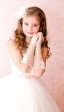 Urocza uśmiechnięta mała dziewczynka w białej princess sukni obraz stock