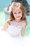 Urocza uśmiechnięta mała dziewczynka w princess sukni zdjęcia stock