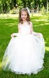 Urocza uśmiechnięta mała dziewczynka w princess sukni obrazy stock