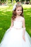 Urocza uśmiechnięta mała dziewczynka w princess sukni fotografia stock