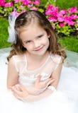 Urocza uśmiechnięta mała dziewczynka w princess sukni zdjęcia royalty free