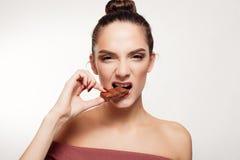 Urocza uśmiechnięta nastoletniej dziewczyny łasowania czekolada Zdjęcia Royalty Free