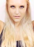 Urocza wybielacz blondynki kobieta Patrzeje Ciebie obrazy royalty free