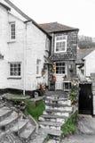 Urocze Białe Wakacyjne chałupy w Historycznym Polperro, Cornwall, UK zdjęcie royalty free