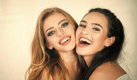 Urocze dziewczyny są uśmiechnięte Dwa młodej dziewczyny ma zabawę Obrazy Royalty Free