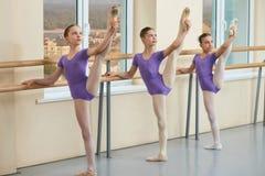 Urocze młode baleriny rozciąga nogi Fotografia Stock