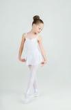 Urocze młode balerin pozy na kamerze Obrazy Stock