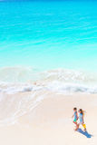 Urocze małe dziewczynki na plaży Odgórny widok dzieciaki chodzi na seashore zdjęcie stock
