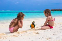 Urocze małe dziewczynki przy plażą z duży kolorowym Obrazy Royalty Free