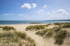 Urocze piasek diuny i plaża krajobraz na pogodnym letnim dniu Obrazy Royalty Free